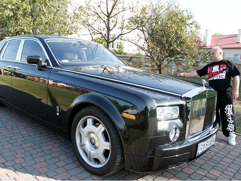 Rolls-royce phantom to jeden z najbardziej luksusowych samochodów na świecie. Napędza go potężny, 6,75-litrowy silnik V12. Do wykończenia wnętrza można