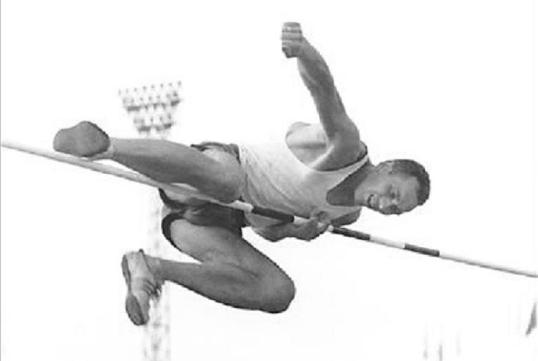 To opowieść o człowieku, który stopą dosięgał obręczy kosza. Człowieku, który doprowadził rekord kraju w skoku wzwyż do wysokości 220 centymetrów. I