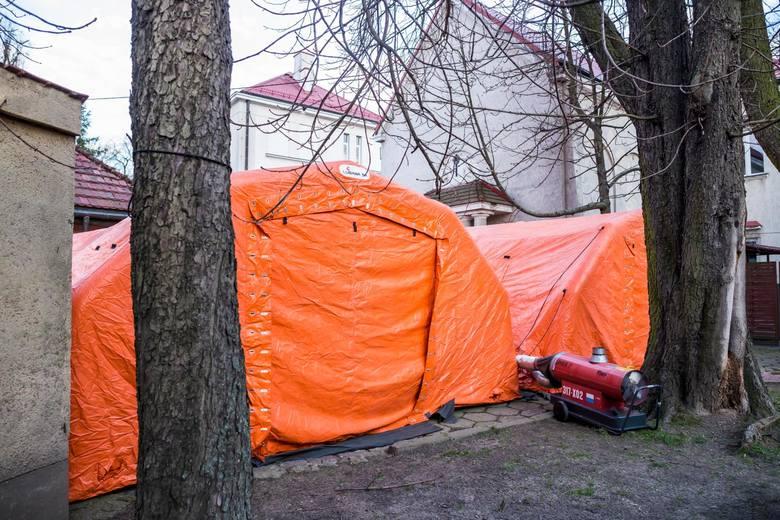 Wrocław. Do szpitala trafił 26-letni mężczyzna, który przyleciał z Wielkiej Brytanii samolotem. Jego stan jest dobryZobacz kolejny slajd, posługując