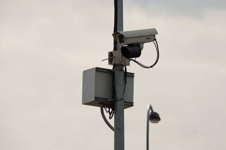 Kamery rejestrujące przejazd kierowców na czerwonym świetle stoją między innymi na skrzyżowaniu ulic Popiełuszki, Sikorskiego i Wrocławskiej