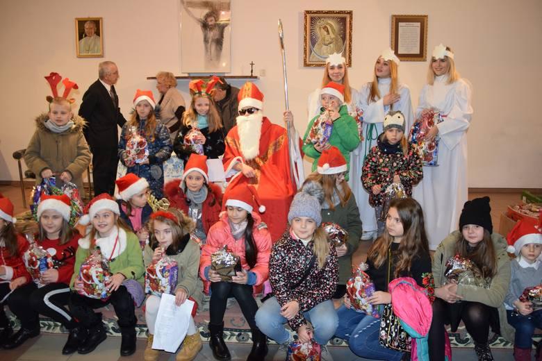 Św. Mikołaj podarował paczki ponad setce dzieci z os. Rycerskie w Przemyślu.