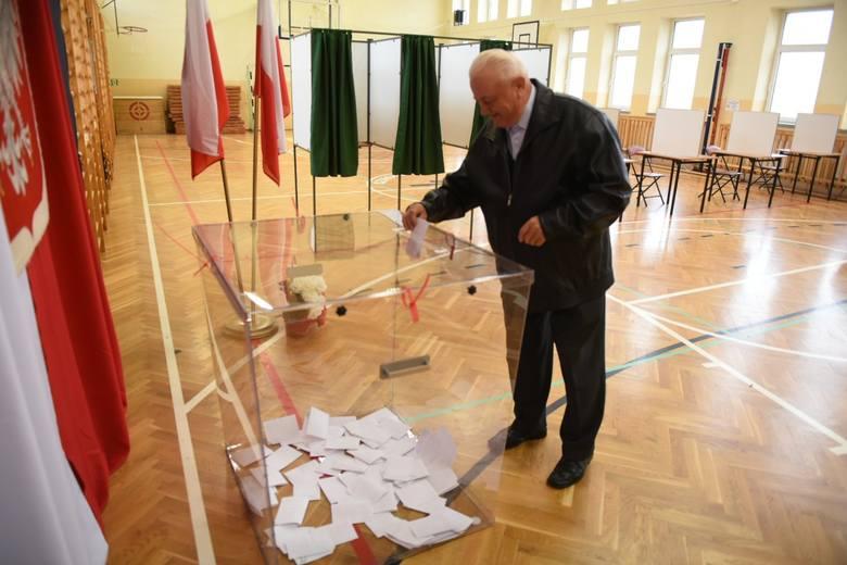 Druga tura wyborów samorządowych 2018. Emocje sięgają zenitu w podtoruńskiej gminie Wielka Nieszawka, której mieszkańcy wybierają właśnie nowego wójta.