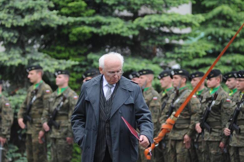 Salwa honorowa, poświęcenie pomnika przez Biskupa Regmunta oraz zerwanie szarfy przez jedną z najważniejszych osób uroczystości, Krzysztofa Donabidowicza, zwieńczyły 50. rocznicę Wydarzeń Zielonogórskich.