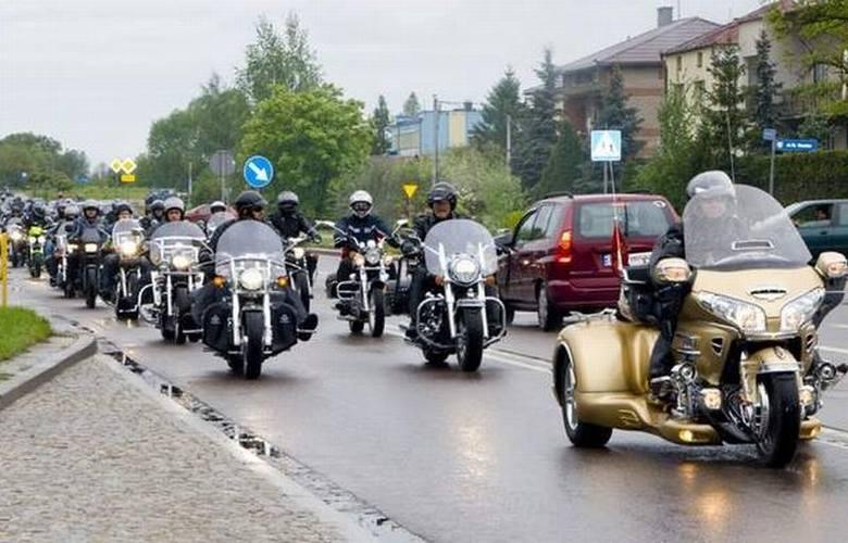 Setki motocykli [17x ZDJĘCIA]. Zobacz, jak wyglądało centrum miasta