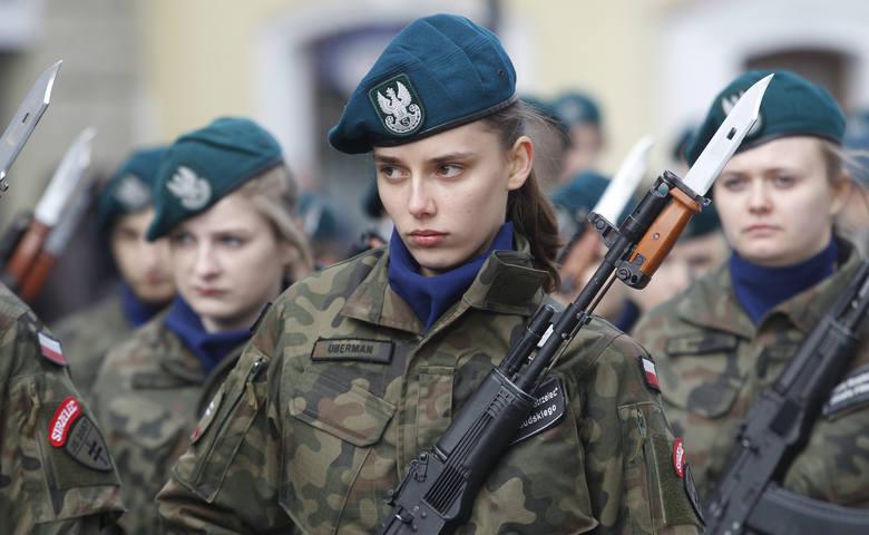 Uroczyste poświęcenie sztandaru i przysięga strzelców podczas obchodów 101. rocznicy śmierci płk. Leopolda Lisa-Kuli w Rzeszowie.