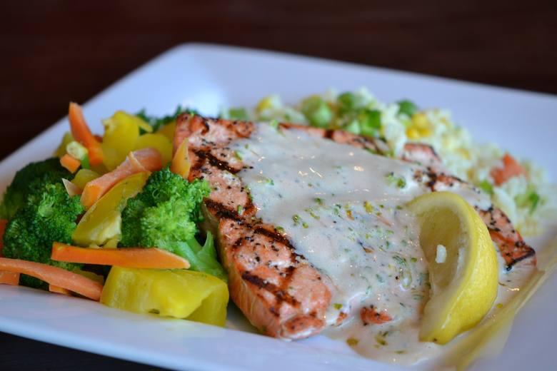Pieczony łosoś z sosem i warzywami to sycący i odżywczy posiłek diety DASH.