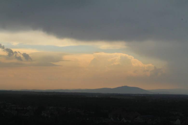 Dziś pogoda na Dolnym Śląsku jest bardzo zmienna i uzależniona od konkretnej lokalizacji. W niektórych miejscach w niedzielę rano mieliśmy już burze