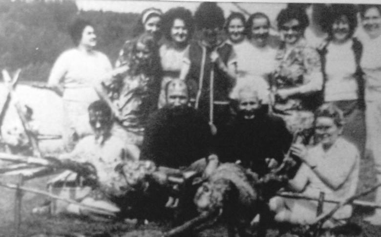Grecka tradycja w Drwalewicach. Pieczenie barana.