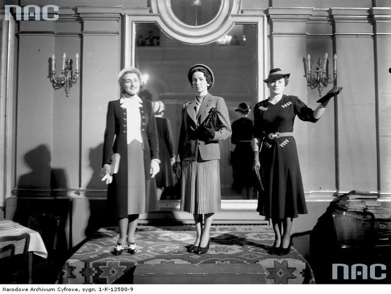 Pokaz mody w Grand Hotelu. Trzy modelki w strojach z pokazu. Od lewej: Czaplicka, Maronówna, Staszkiewiczówna