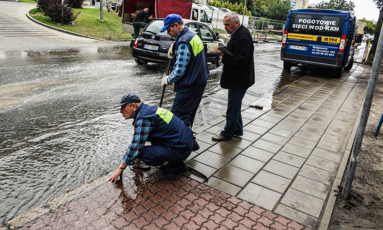 Setki litrów wody odprowadzali wczoraj wodociągowcy na ulicy Gajowej. Wszystko przez awarię i pękniętą magistralę.