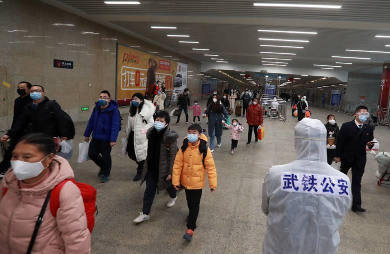 Pasażerowie wrócili na stację kolejową w Wuhan
