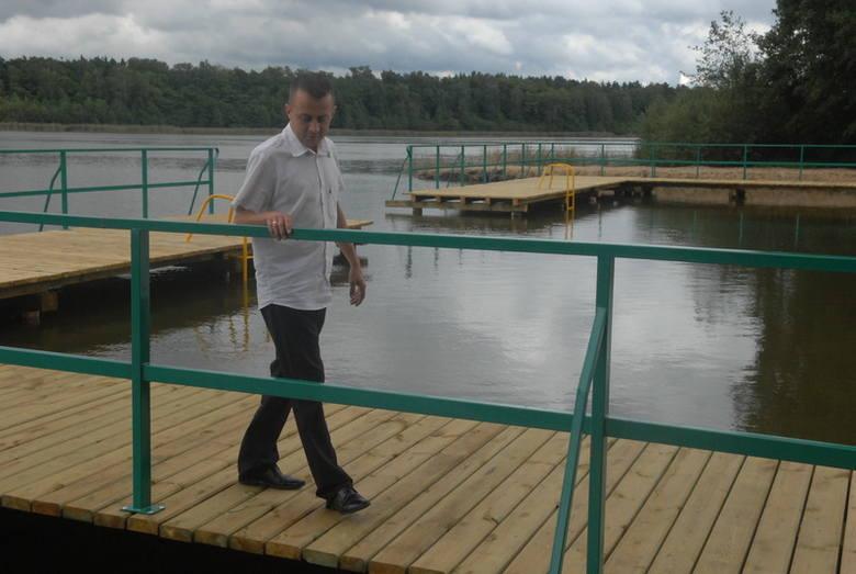 - Odkąd są nowe pomosty, nad jezioro w Granicach przyjeżdża coraz więcej ludzi - mówi Mariusz Nowak z urzędu gminy