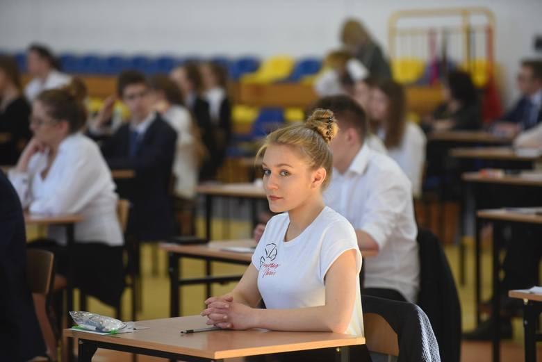 Coraz głośniej brzmią głosy rodziców oburzonych wypowiedziami szefa resortu edukacji, który wciąż uważa, że terminy egzaminów zewnętrznych nie są zagrożone.