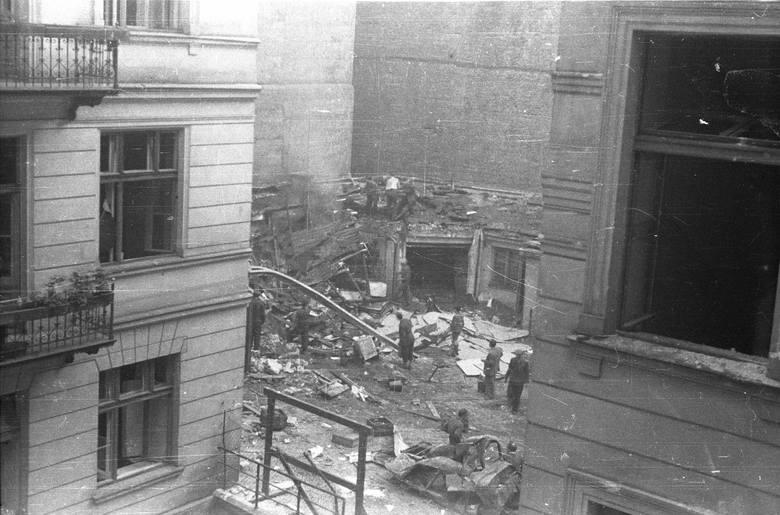 Resztki czołgu Borgward B IV, który eksplodował przy ulicy Kilińskiego nr. 3, dnia 13 sierpnia 1944 o godzinie 18:07. W eksplozji zginęło ponad 300 osób,