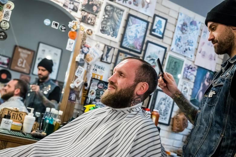 W ramach kolejnego etapu odmrażania polskiej gospodarki od poniedziałku otworzą się salony fryzjerskie i kosmetyczne.