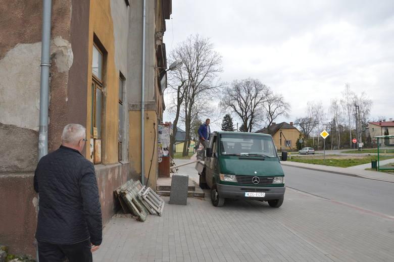 Rewitalizacja Charsznicy. W budynku dworca zostały gołe ściany
