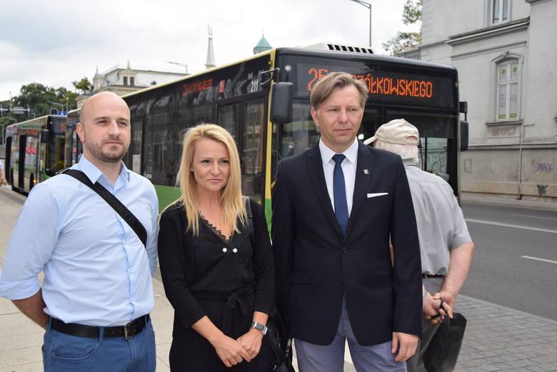 Paweł Maciejewski, Olimpia Tomczyk-Iwko, Sławomir Kowalski na konferencji na przystanku MZK