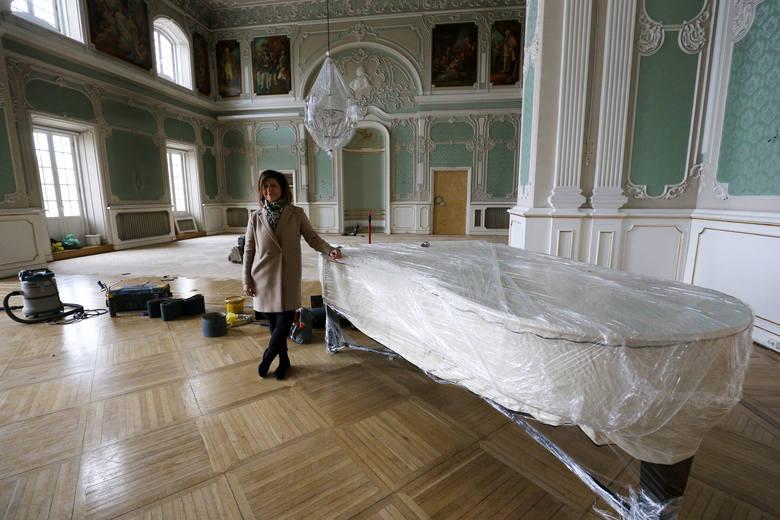 Pod wieloma warstwami tynków znajdują sie XVII-wieczne cegły - dr Magdalena Grasmann oprowadza po piwnicach pałacu Marcina Tomkiela, rzecznika Uniwersytetu w Białymstoku.