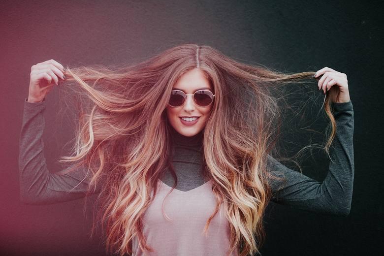 Posiadaczki cienkich i delikatnych włosów często borykają się z tym problemem. Zmieniając szampon i odżywkę, a także sposób stylizacji i suszenia włosów,