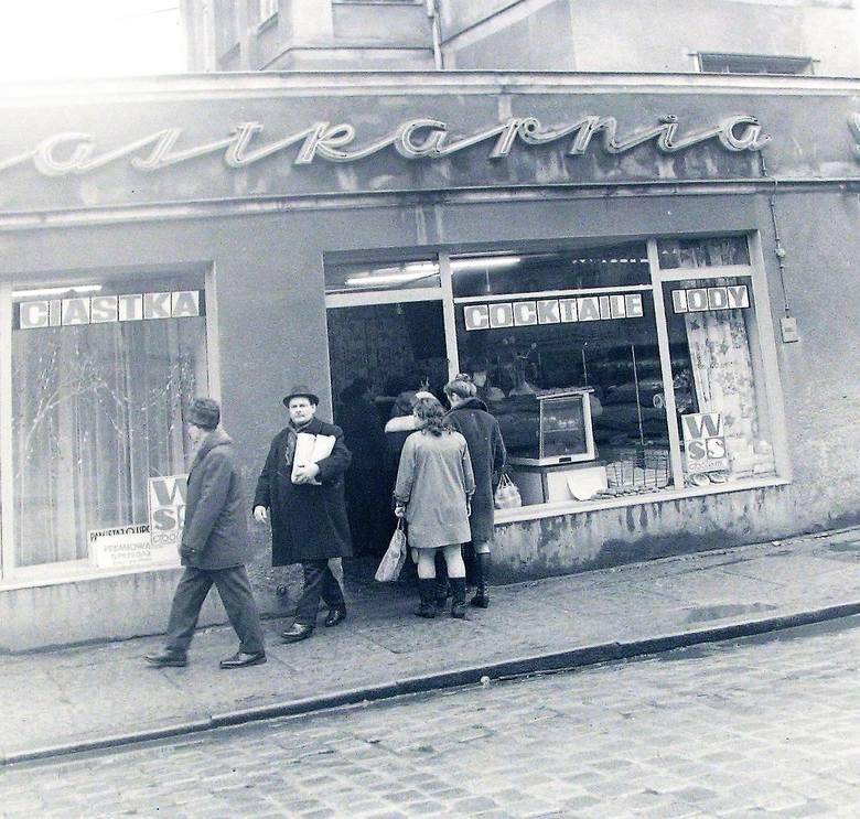 Przed ciastkarnią na al. Wojska Polskiego w tłusty czwartek ciastkarnia luty - marzec 1974 r.