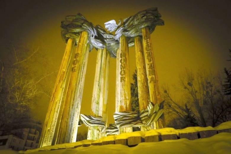 Co dalej z pomnikiem? Zawiśnie tylko Niepodległość?