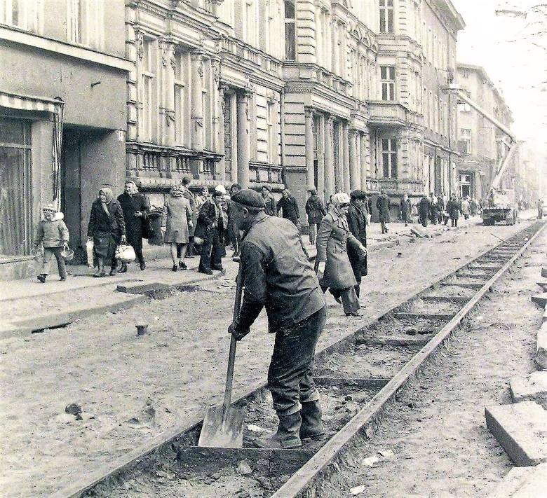 Marzec - kwiecień 1976 r., wykopywanie i usuwanie z al. Wojska Polskiego szyn po zlikwidowanej trakcji tramwajowej