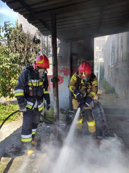 Nowy Sącz pożar. Na ul. 1 Maja płonął pustostan, bo ktoś podpalił śmieci [ZDJĘCIA]