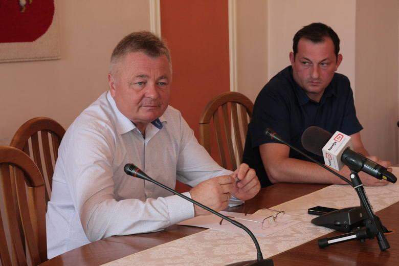 Nz. wójt gminy Wiązownica Marian Ryznar (z lewej) i zastępca wójta Krzysztof Strent.