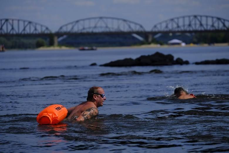 """""""Przepłyń Wisłę"""" to akcja Toruńskich Morsów w ramach Festiwalu Wisły. W wydarzeniu Toruńskich Morsów każdy mógł spróbować swoich sił"""