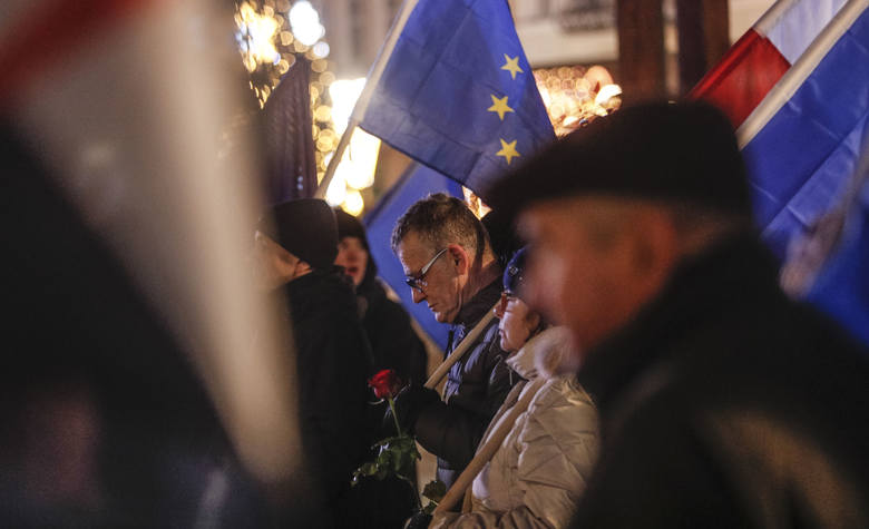 """Około stu osób zgromadził dzisiejszy protest na rzeszowskim Rynku. Pod hasłem """"DEJA VU! Ogólnopolski Strajk Kobiet"""" manifestowano przeciwko"""