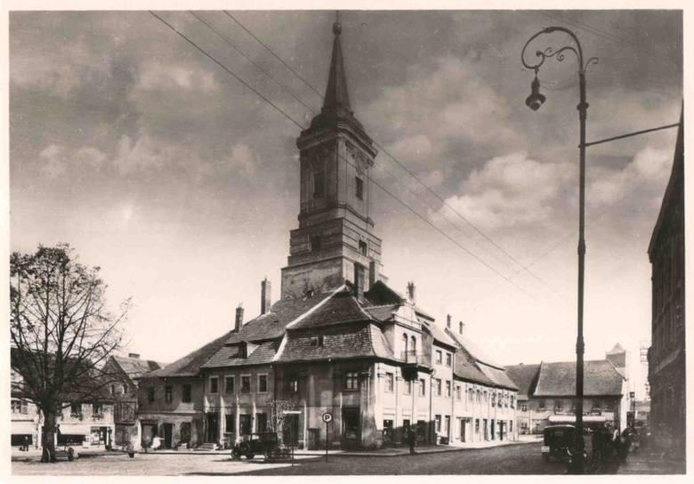 Tutaj zdjęcie Ratusza wykonane z ziemi., widok z lat 30 XX wieku. Po wojnie Ratusz został odremontowany dopiero w 1968 roku.
