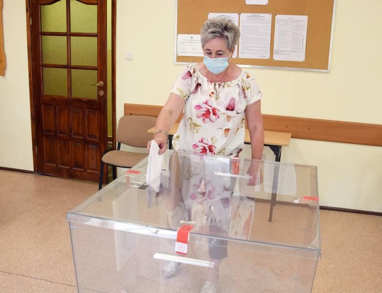 Trwa głosowanie w wyborach prezydenckich. Obowiązkowe są maseczki i dezynfekcja rąk. W zasadzie nie ma kolejek. Wszystko odbywa się sprawnie. Głosowanie