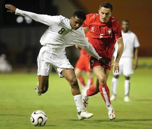 Dariusz Dudka (po prawej) w walce o piłkę z zawodnikiem Arabii Saudyjskiej. To jeden z najmłodszych kandydatów Pawła Janasa do gry w czerwcowym mund