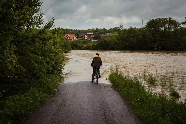 Otrzymaliśmy kolejne zdjęcia z sytuacji powodziowej w województwie podkarpackim. Nasz Internauta wykonał je w Ropczycach i Łączkach Kucharskich.Na Youtubie