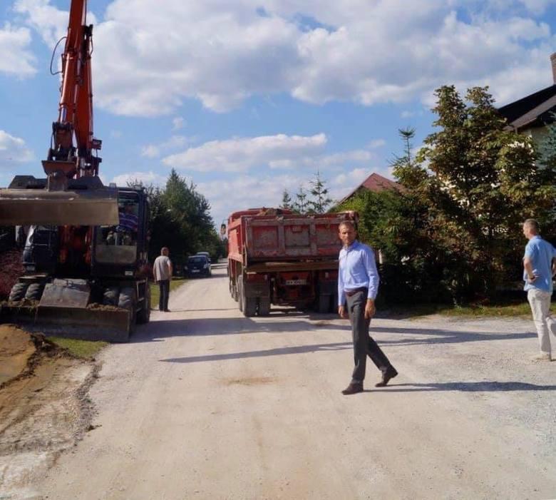 Ruszyła milionowa inwestycja w Piekoszowie. Na te drogi ludzie czekali od lat