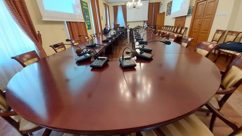 Mimo gorącej dyskusji radni zgodzili się na przeznaczenie 4 mln zł na zakup akcji klubów sportowych
