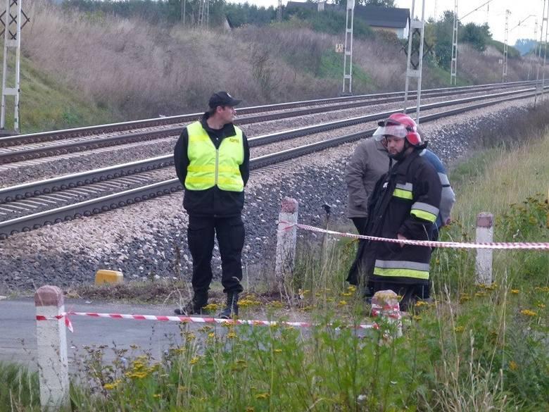 Wypadek na przejeździe kolejowym. Pijany kierowca wjechał pod pociąg [ZDJĘCIA]
