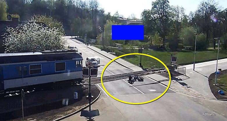 O włos od śmierci. 85-letni motorowerzysta nie zauważa zamkniętych rogatek, wjeżdża w nie i przewraca się na tory. Tylko dzięki temu, że stojący na pobliskim