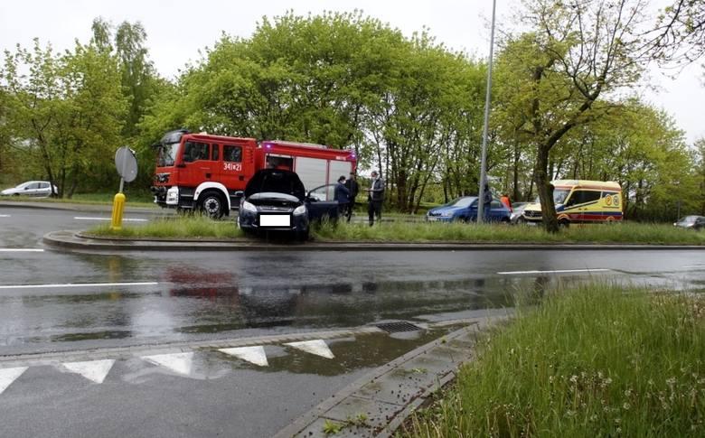 Kilka minut po godz. 16., doszło do kolizji w Słupsku z udziałem dwóch Fordów na skrzyżowaniu ulic Lawendowa i Gdańska. Na miejscu zdarzenia pracowali