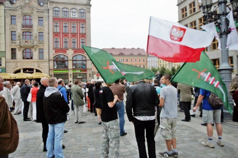 Obchody rocznicy rzezi wołyńskiej na wrocławskim rynku (ZDJĘCIA)