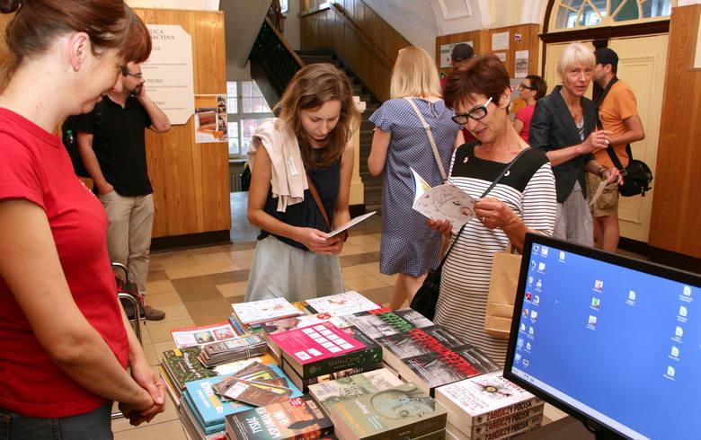 """W piątek bibliotekarze zaprosili grudziądzan do udziału w akcji Noc Bibliotek 2018. Hasło tegorocznej akcji to """"RzeczpospoCzyta"""" -"""