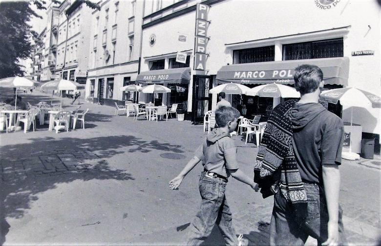Maj 1992 r., ogródek gastronomiczny na rogu al. Wojska Polskiego i ul. 22 Lipca (obecnie Wileńskiej)