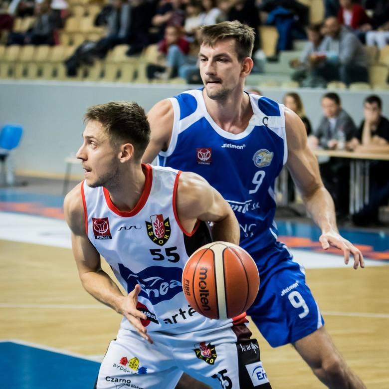 W nowym sezonie w barwach Biofarmu Basketu zagra Michał Marek (z numerem 9).Zobacz kolejne zdjęcie. --->