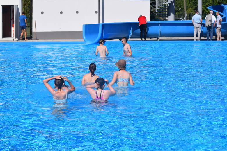 Zgodnie z zapowiedziami w poniedziałek, 24 czerwca, oficjalnie otwarto basen przy ul. Fabrycznej. Pod czujnym okiem ratowników można z niego korzystać