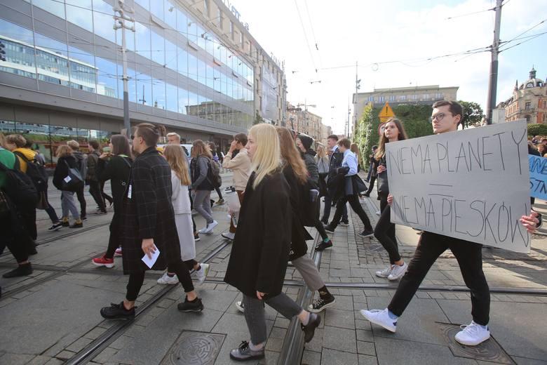 Młodzieżowy Strajk Klimatyczny w Katowicach. Młodzi protestowali pod Spodkiem