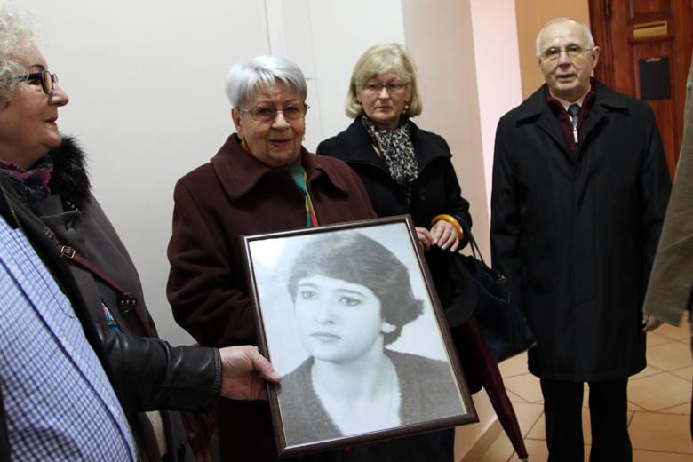 Rodzina zamordowanej 27 lat temu kobiety przyszła do sądu w Zielonej Górze z jej zdjęciem.