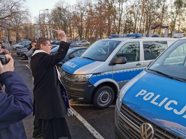 Dziś (18.12) do toruńskiej Komendy Policji przekazano dwa furgony patrolowe marki Volkswagen T-6, 2,0 diesel. Samochody trafią do komisariatów na Podgórzu