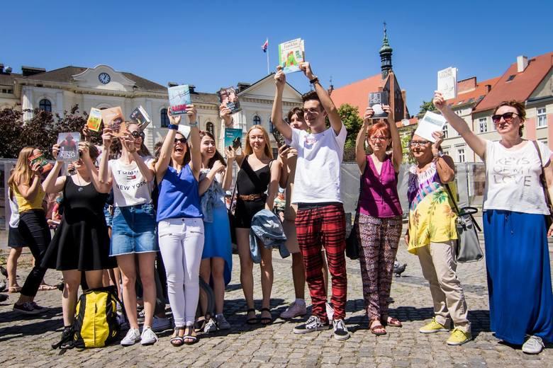 Kilkadziesiąt osób zebrało się dziś (wtorek) na Starym Rynku w Bydgoszczy, żeby przez kwadrans wspólnie i w ciszy czytać swoją ulubioną książkę. To była