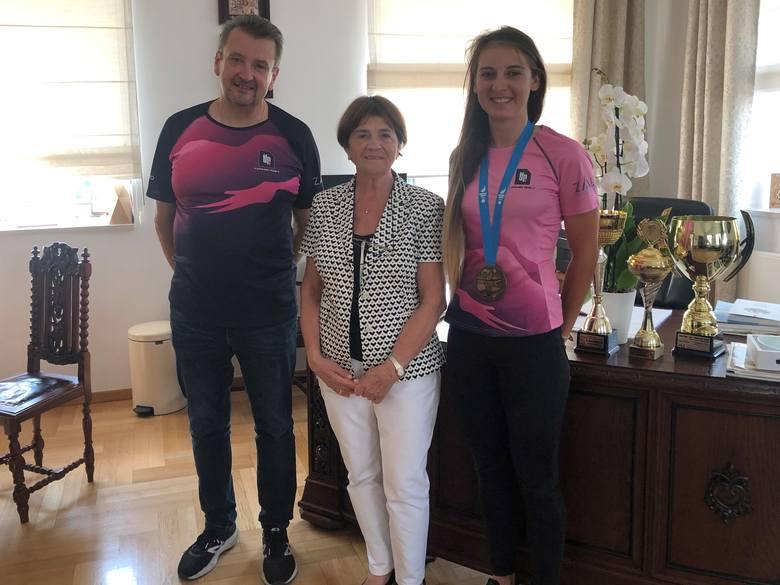 Trener Robert Taciak, prezes firmy TFP, Lucjana Kuźnicka-Tylenda, i bohaterka ostatnich dni, Nikol Płosaj z brązowym medalem