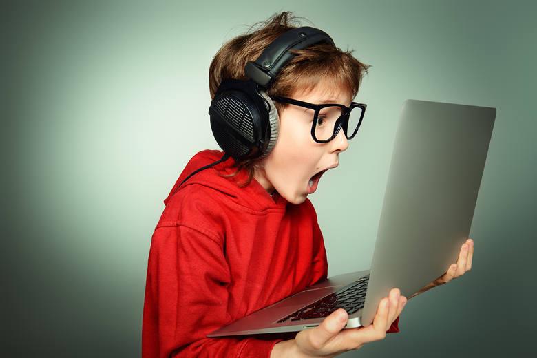 Jak nadrobić zaległości szkolne lub zająć dziecko? Ucz je przez zabawę: najciekawsze aplikacje i serwisy edukacyjne